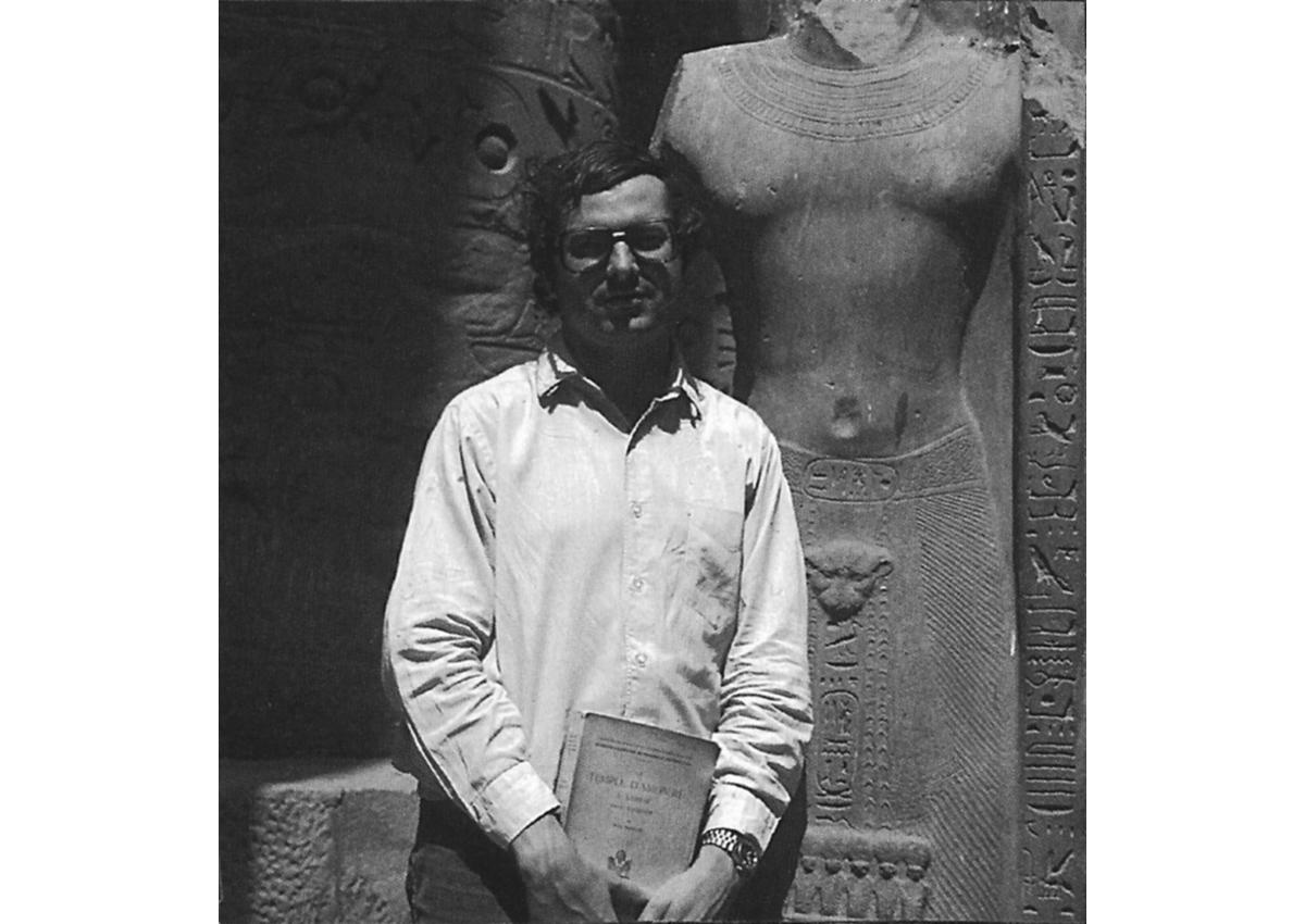 Jean-Claude Golvin sur le site de Karnak alors qu'il était directeur de la mission Permanente de CNRS