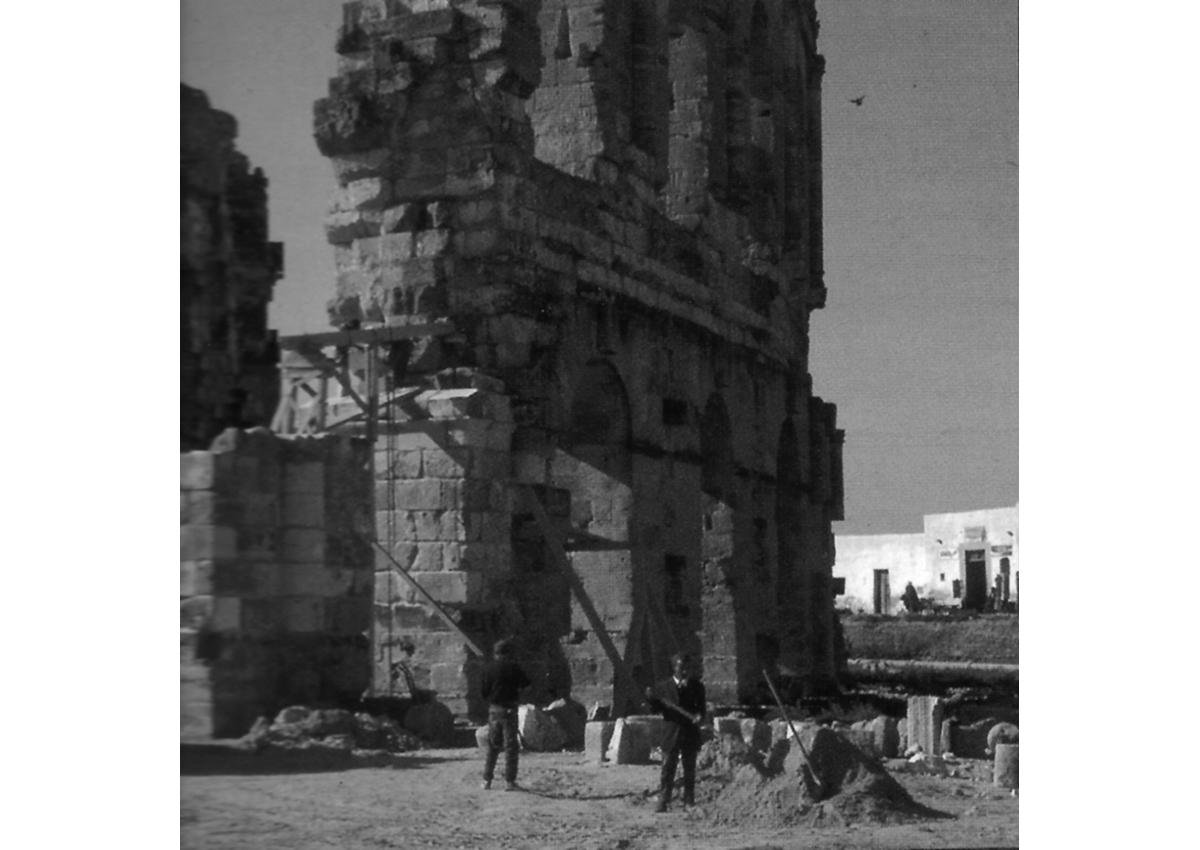 Travaux sur la mise en valeur de l'amphithéâtre d'El-Jem en 1976